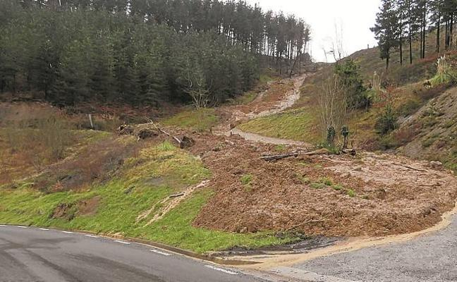 Una lengua de tierra cierra una pista forestal en Eskoriatza