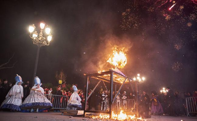 Llamas y llantos en Donostia para decir adiós al carnaval