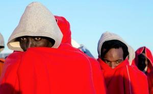 Cinco desaparecidos de una patera naufragada de la que 29 inmigrantes fueron rescatados