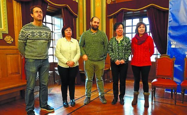 Presentación. Lizarralde, Barrenechea, Artola, Lete y Villa tras el acto en el salón de plenos./MIGURA
