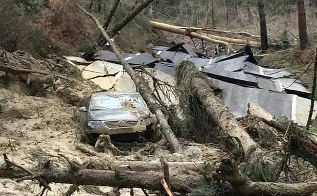 Salen ilesos después de que el derrumbe de una ladera sepultara el vehículo en el que viajaban en Bizkaia