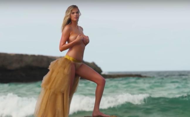 La modelo en 'topless' a la que una ola le juega una mala pasada