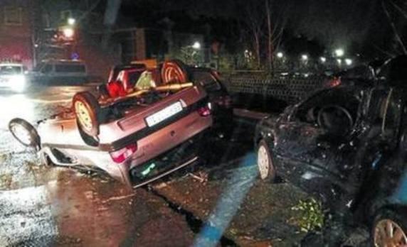 Circula a alta velocidad, causa destrozos y acaba empotrándose contra un coche