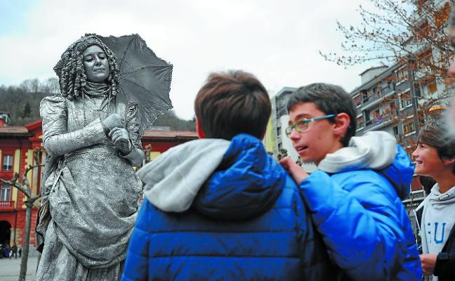 Las estatuas anuncian el teatro