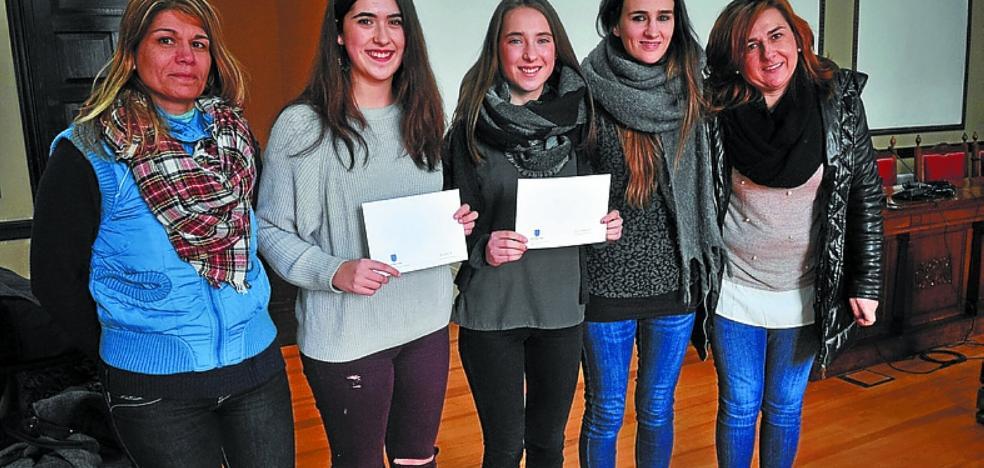 Premio para las jóvenes Amaia Armendariz Iturralde y Elixabet Mendizabal Eceiza
