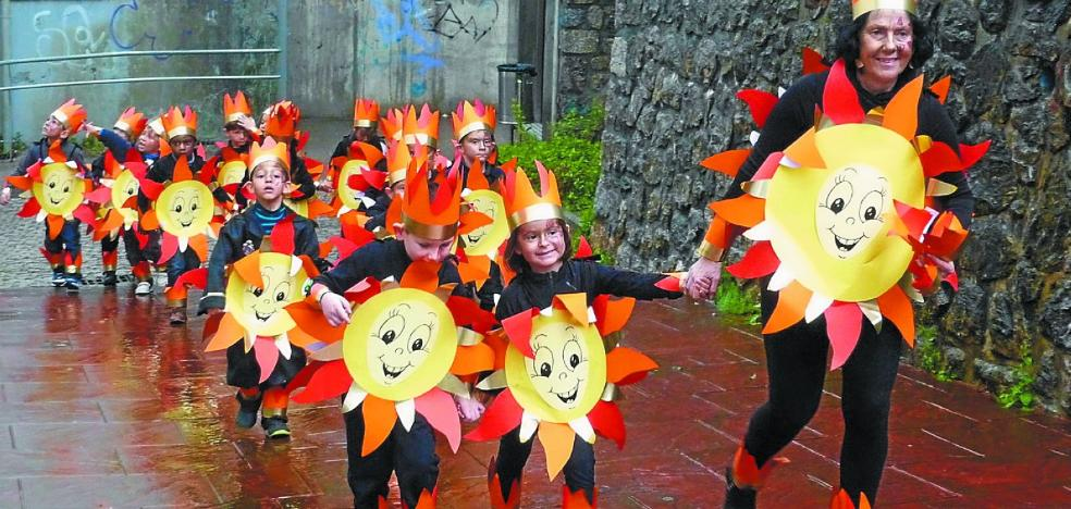 Los alumnos de Karmengo Ama abren el Carnaval de Trintxerpe