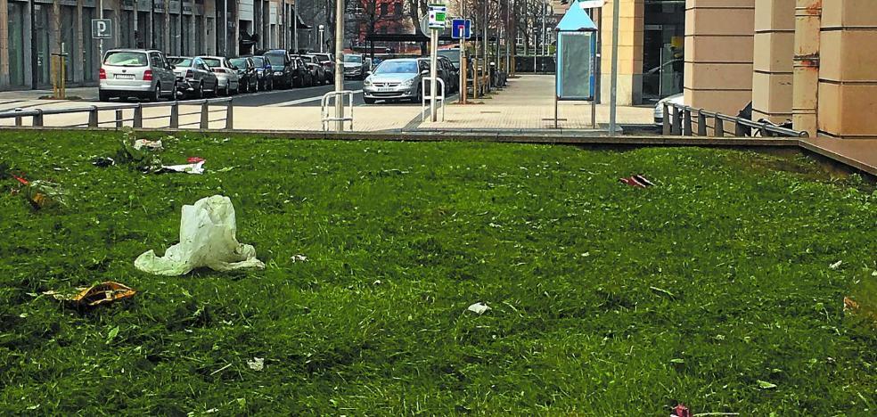 Suciedad en la plaza Julio Caro Baroja