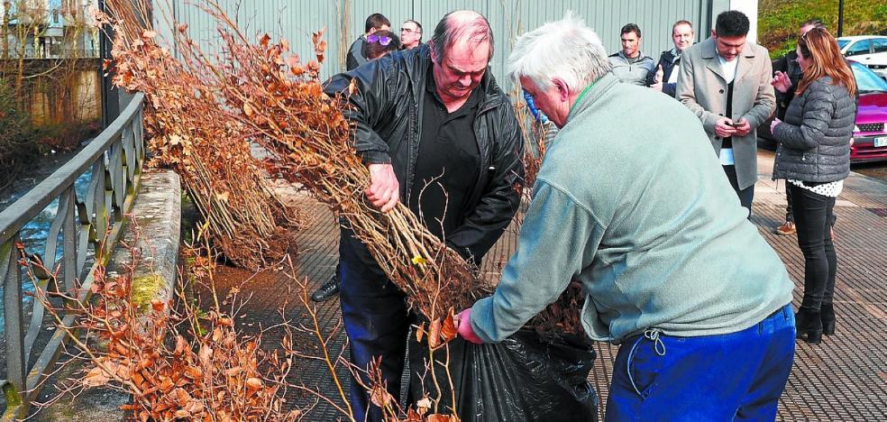 El Ayuntamiento reparte 309 plantas de árboles autóctonos entre los baserritarras