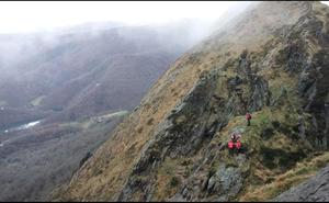 Rescatado en helicóptero un montañero herido en Peña de Aia