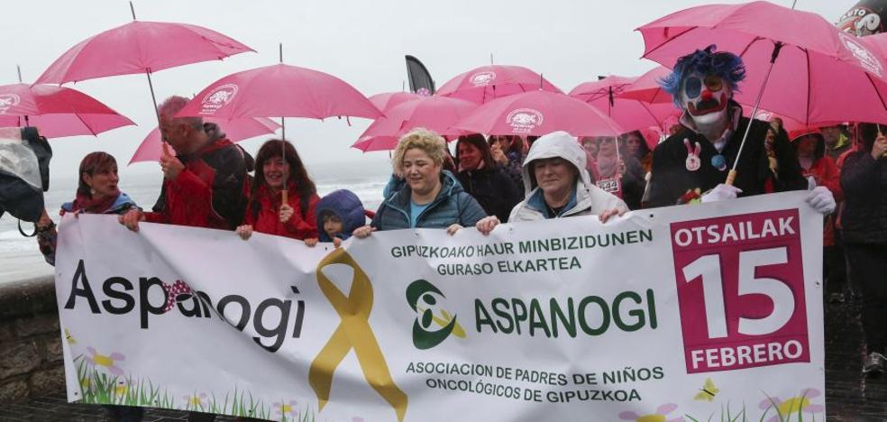 Paraguas rosas contra el cáncer infantil