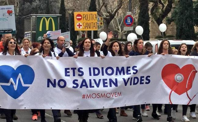 Unas 2.500 personas protestan en Palma contra la exigencia del catalán en Sanidad