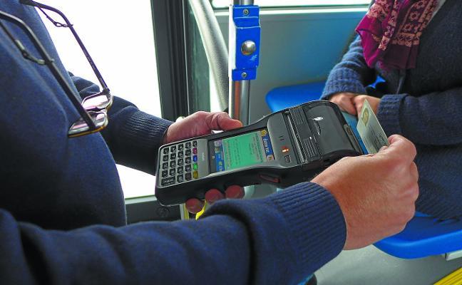 Solo uno de cada mil viajeros sube al autobús sin pagar y un 2% lo hace con tarjetas indebidas