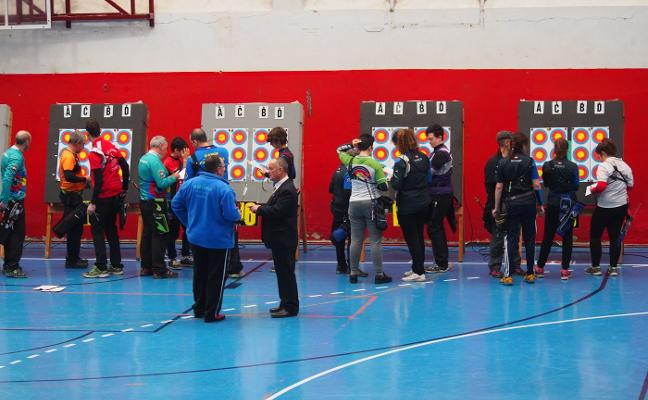 Los mejores tiradores de arco de Euskadi se dieron cita en el polideportivo Lubaki