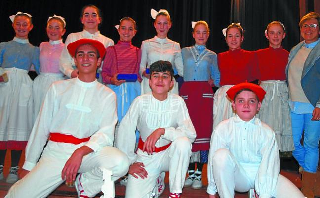 Quince dantzaris de Oinkari en la tercera eliminatoria de Soinu Zahar y Aurresku en Beasain