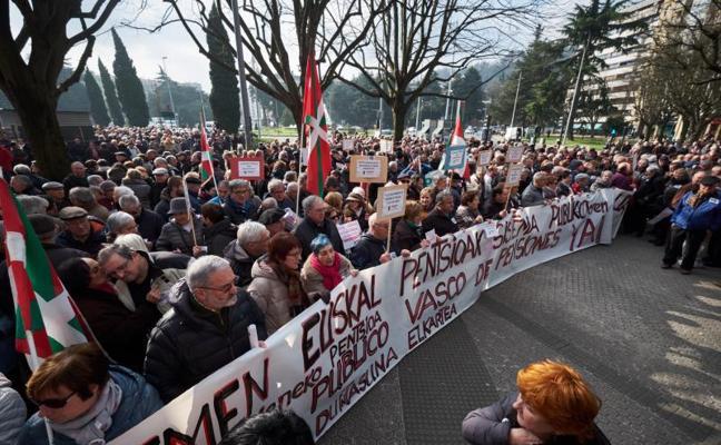 Miles de jubilados guipuzcoanos reclaman en la calle unas pensiones dignas