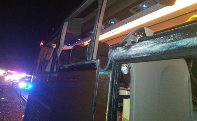 Varios heridos en un accidente entre un autobús con 55 pasajeros y un camión en la A3