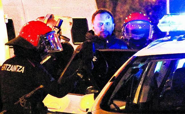 «Me cayeron tres bengalas al lado». Miembros de la Brigada Móvil relatan la tensión en San Mamés