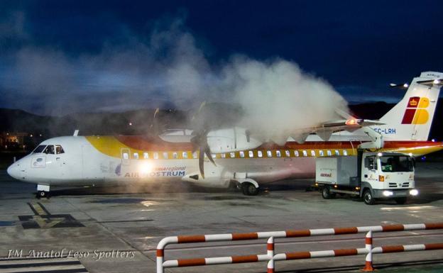 Un avión de Air Nostrum pasando el proceso 'de-icing' en la pista de Hondarribia./Juan Miguel Anatol / @jmanatol