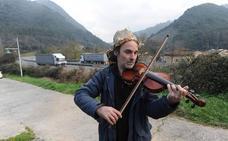El violinista de la AP-8 cambia de sentido