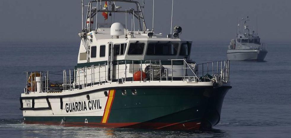 Unos encapuchados intentan quemar dos lanchas de Vigilancia Aduanera en Algeciras