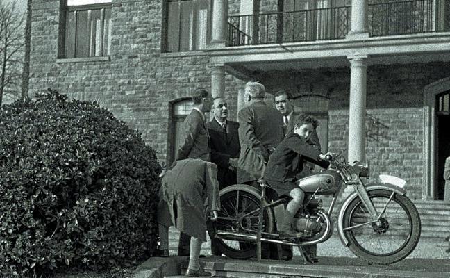 1958. «A cada instante», dos o tres personas en una moto