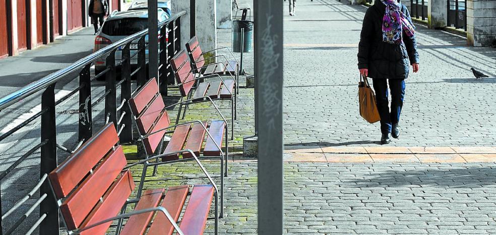 El Ayuntamiento renueva el mobiliario urbano de las calles y plazas públicas