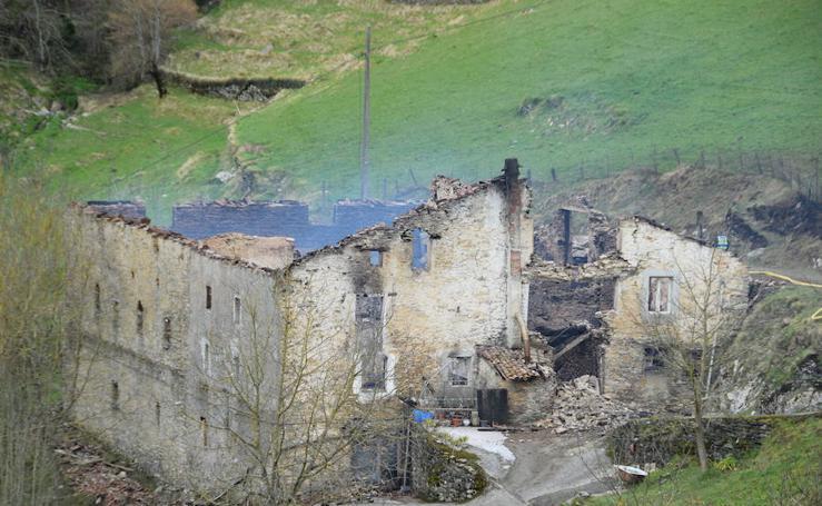 Un incendio calcina un caserío en Bergara