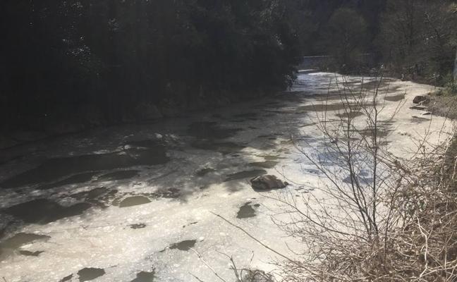 El río Deba sufre el segundo vertido en menos de un mes