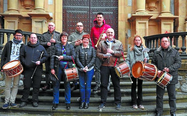 Animada kalejira musical de los txistularis de la banda de Hernani