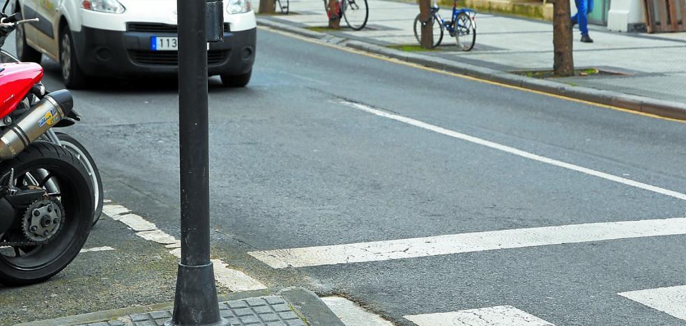 Semáforo mal sujeto en el paseo de Colón