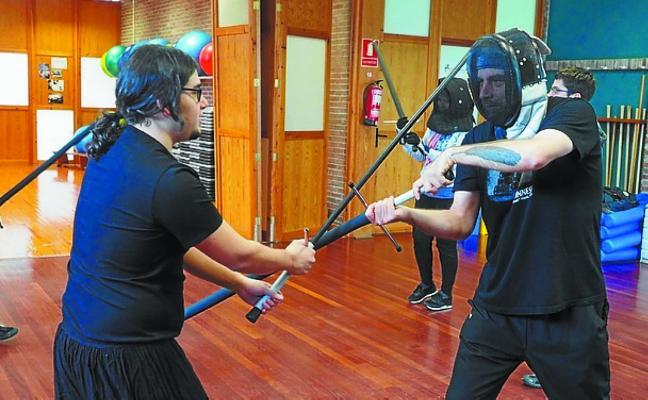 La sala de armas de Zumarraga recibe la visita de tiradores de Burgos, Bilbao y Vitoria