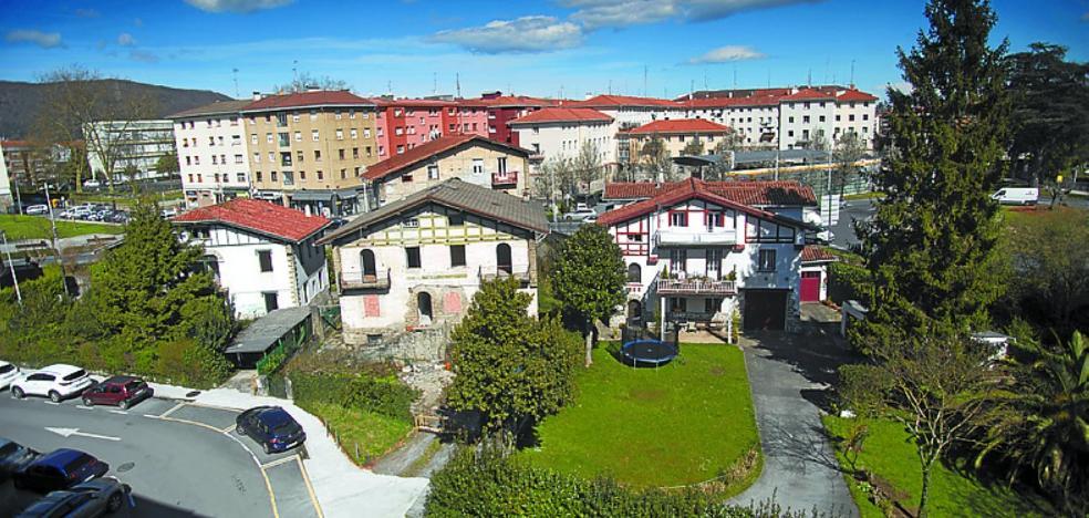 El Gobierno municipal otorga licencia para el derribo de cuatro villas en el ámbito Alarde