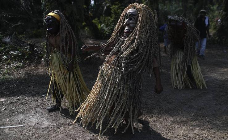La tribu Mah Meri baila en honor a sus antepasados