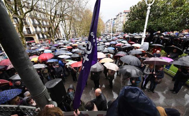 Los jubilados desafían a la lluvia en defensa de unas pensiones dignas