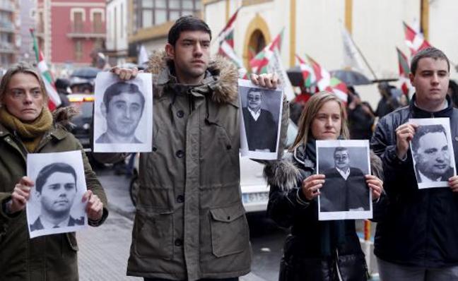 El PP protesta con fotos de víctimas frente al homenaje a un expreso de ETA en Durango