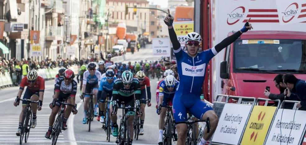 Hodeg, primer líder tras ganar al esprint en Calella