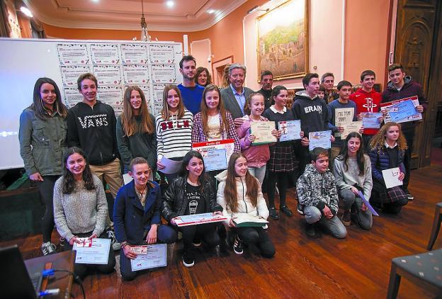 Premiados. Los ganadores del Concurso de Micromensajes de la OMIC, con sus galardones. /  F. DE LA HERA