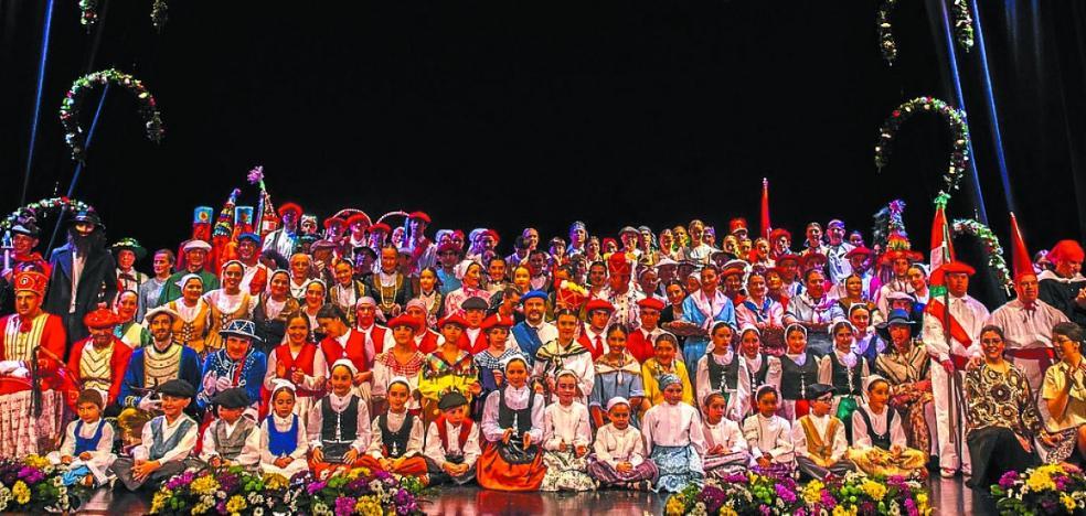 El grupo Erkertz deslumbró con su desfile de trajes de dantza históricos
