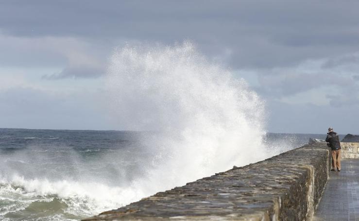 Alerta naranja por posibles olas de más de ocho metros