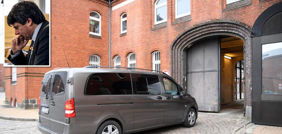 El juez alemán decidirá este lunes si encarcela a Puigdemont tras ser detenido camino de Bélgica