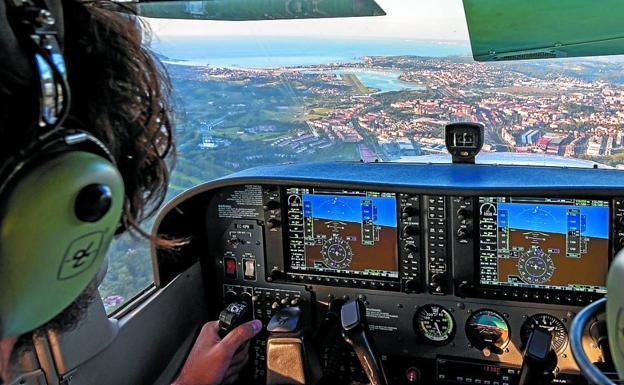Vista desde la cabina de los pilotos, en un vuelo que se aproxima al aeropuerto de Hondarribia./ANDER VIDAL CANDAMIL