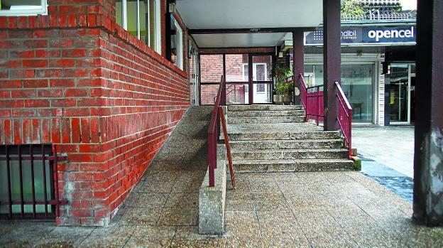 Accesibilidad. Está previsto acometer una modificación en la rampa de acceso al centro social Luis Mariano. / F. DE LA HERA