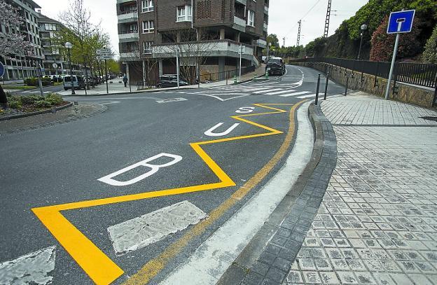 En la plaza Urruña se han pintado las líneas que indican dónde parará el autobús de la L4./F. DE LA HERA