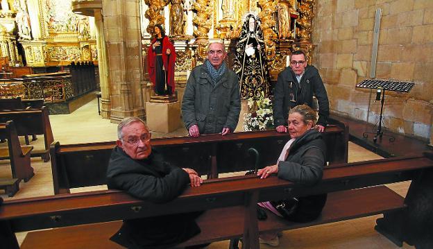 Manueltxo González, Juan Mari Sémper, Javier Fanlo y Ramonita Cantero, ante los pasos de San Juan y de Nuestra Señora de la Soledad./DE LA HERA