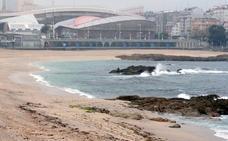 Buscan a una joven arrastrada por un golpe de mar en La Coruña