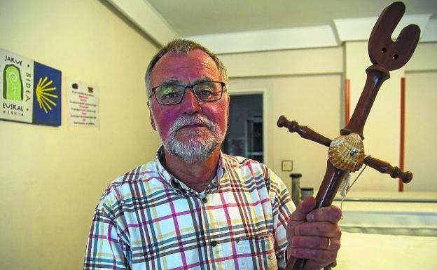 Wim Nabuurs, con el bordón del peregrino, en el albergue de la calle Lucas de Berroa./F. DE LA HERA