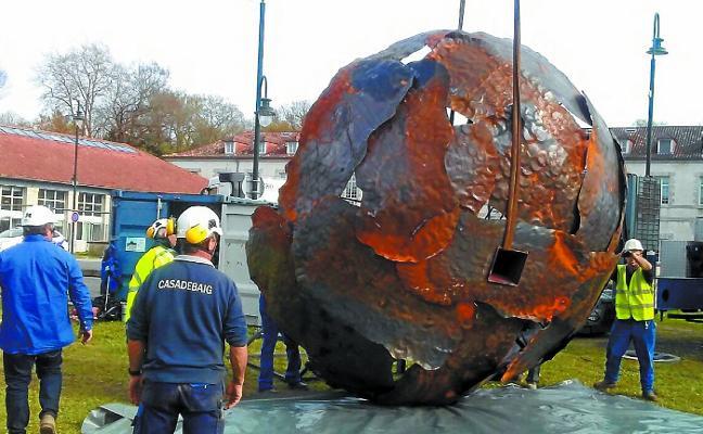 Koldobika Jauregi rechaza que su escultura sobre el desarme busque ofender a las víctimas