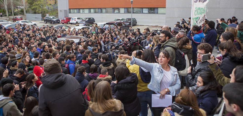 Más de un centenar de estudiantes exige la dimisión de Cifuentes