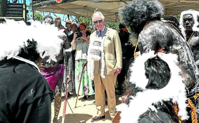Indígenas australianos reciben con plumas al príncipe Carlos