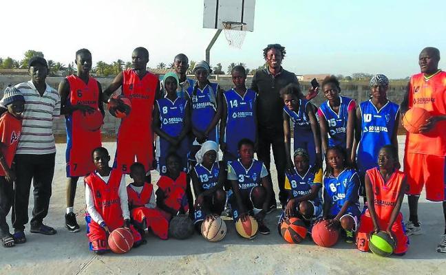 Las primeras camisetas del basket mahonero ya lucen en Senegal